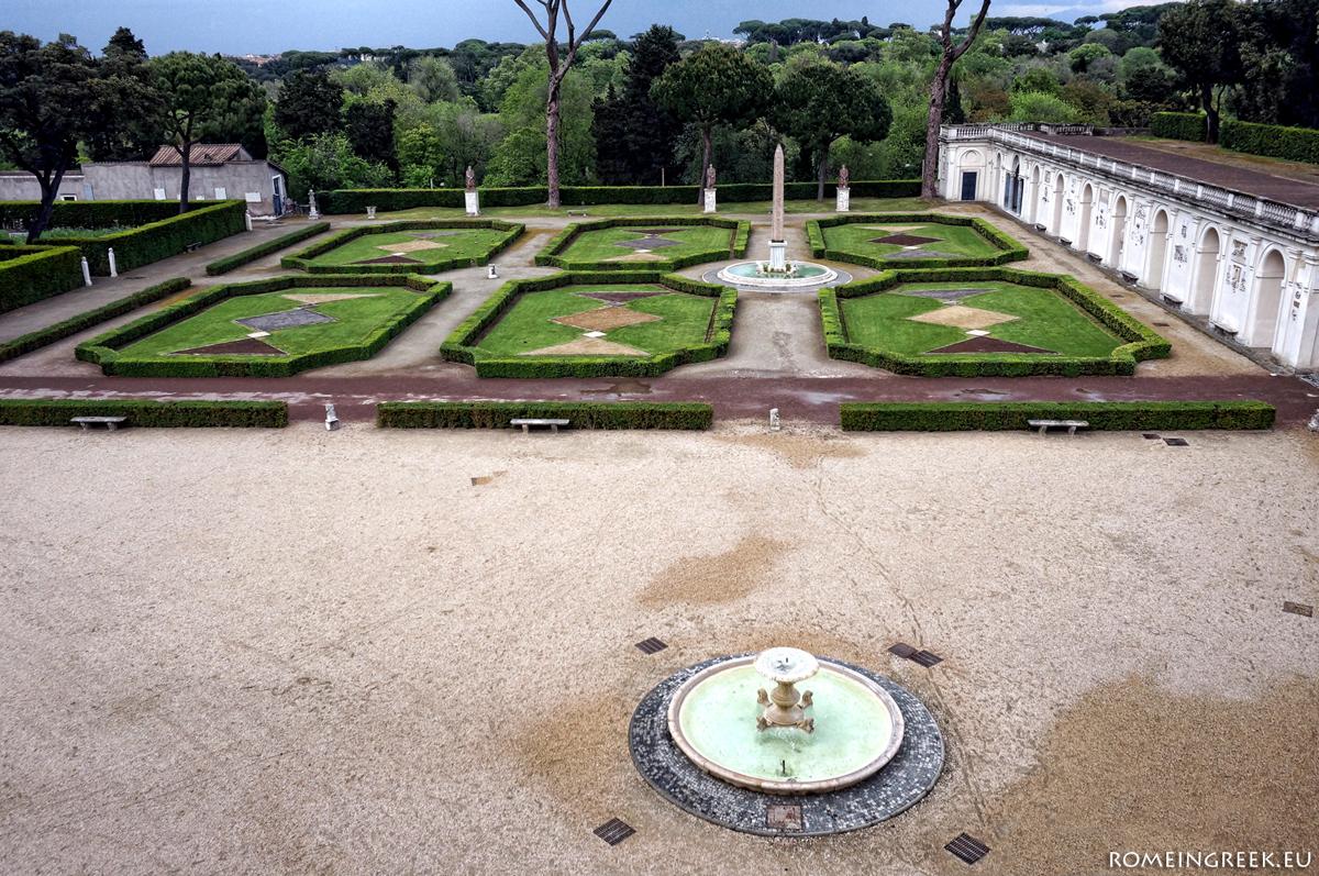 Ο κήπος με την κρήνη και τον οβελίσκο.