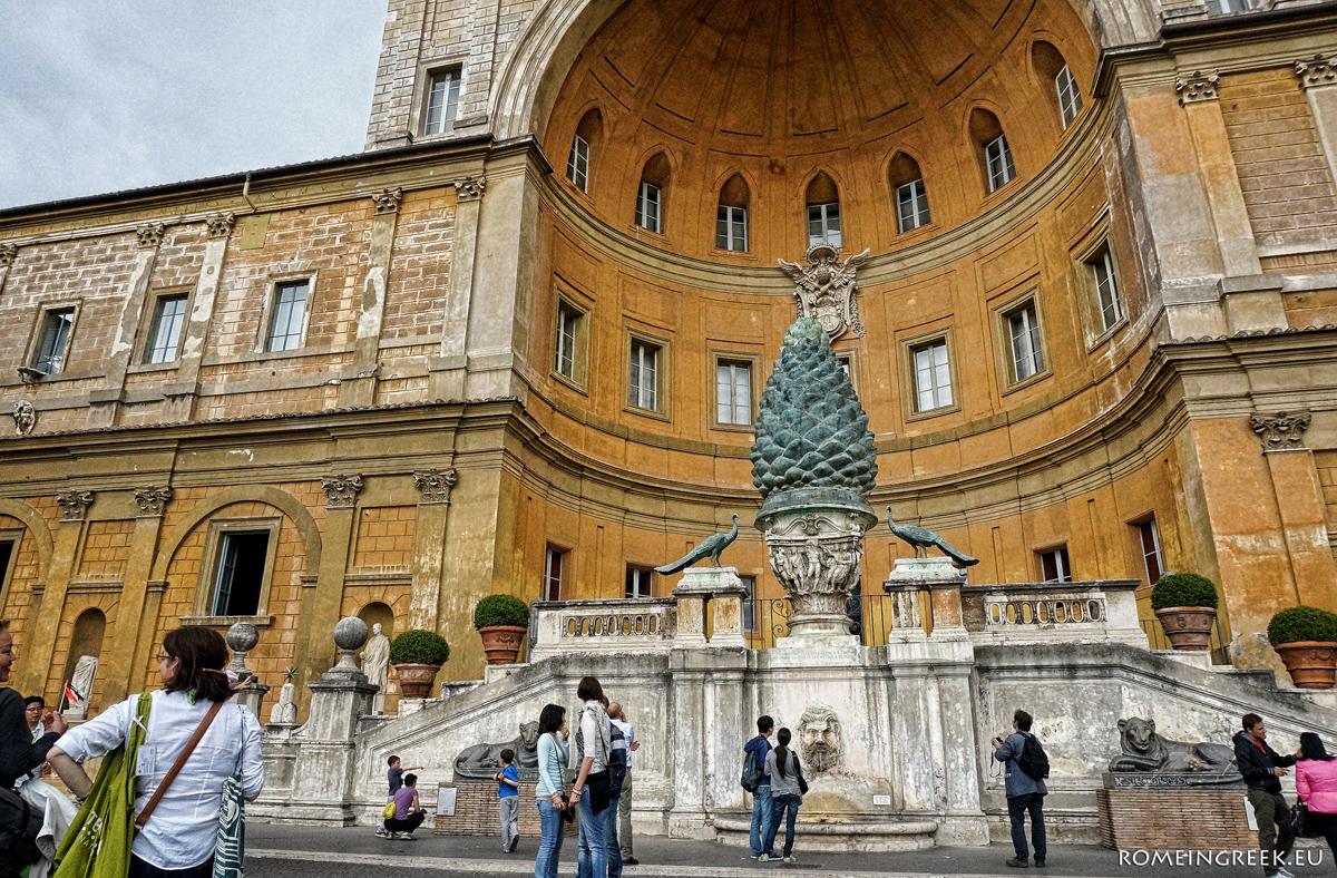 Η τεράστια ρωμαϊκή κουκουνάρα, πλαισιωμένη από παγώνια και λέοντες, στην «Αυλή της Κουκουνάρας».