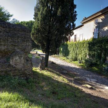 Ρωμαϊκός τάφος μπροστά από την αρχοντική αγροικία Τορλόνια
