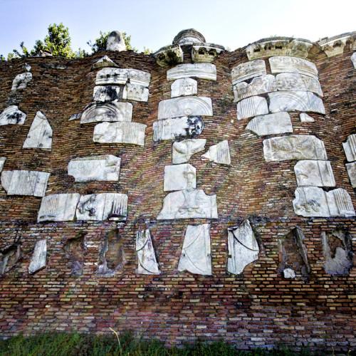 Ο τοίχος με τα συγκεντρωμένα θραύσματα