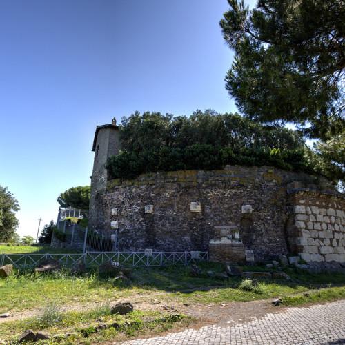 Ο κυκλικός τάφος με το σπίτι στην κορυφή του.