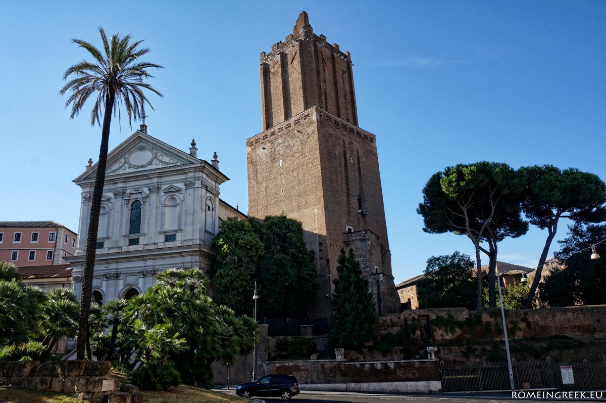 Torre dell Milizie. Παρουσιάζεται κεκλιμένος εξαιτίας ενός σεισμού του 1348. Κατασκευάστηκε τον 8° αι. Σύμφωνα με τον λαίκό θρύλο, από την κορυφή του ο Νέρωνας είδε την Ρώμη να φλέγεται.
