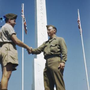 Το τέλος. Χειραψία μεταξύ Άγγλου και Αμερικάνου στρατιώτη, μπροστά από τον οβελίσκο.