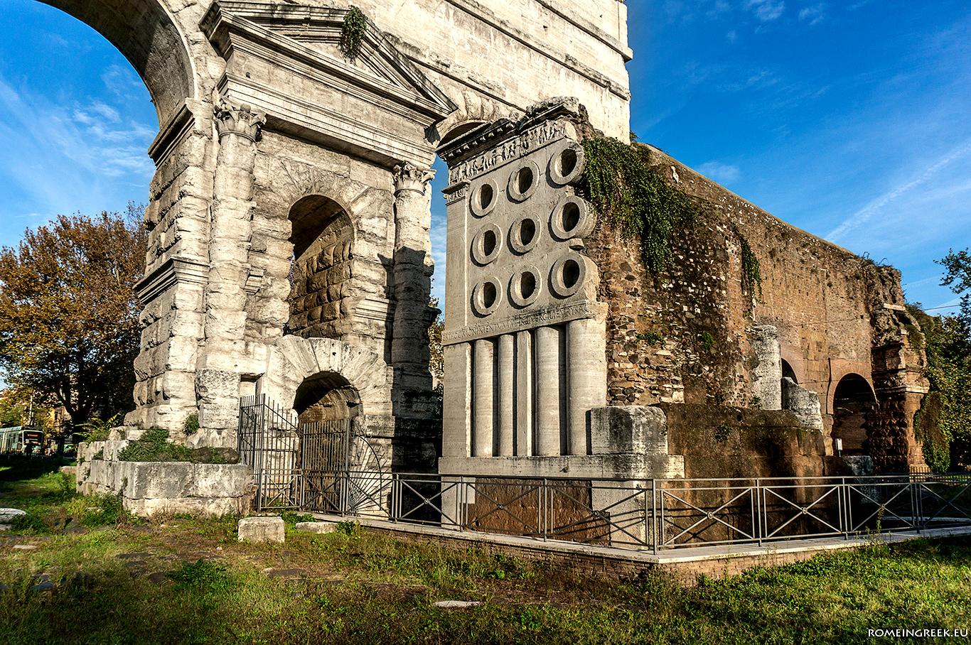 Ο τάφος του Ευρυσάκη μπροστά από την πύλη.
