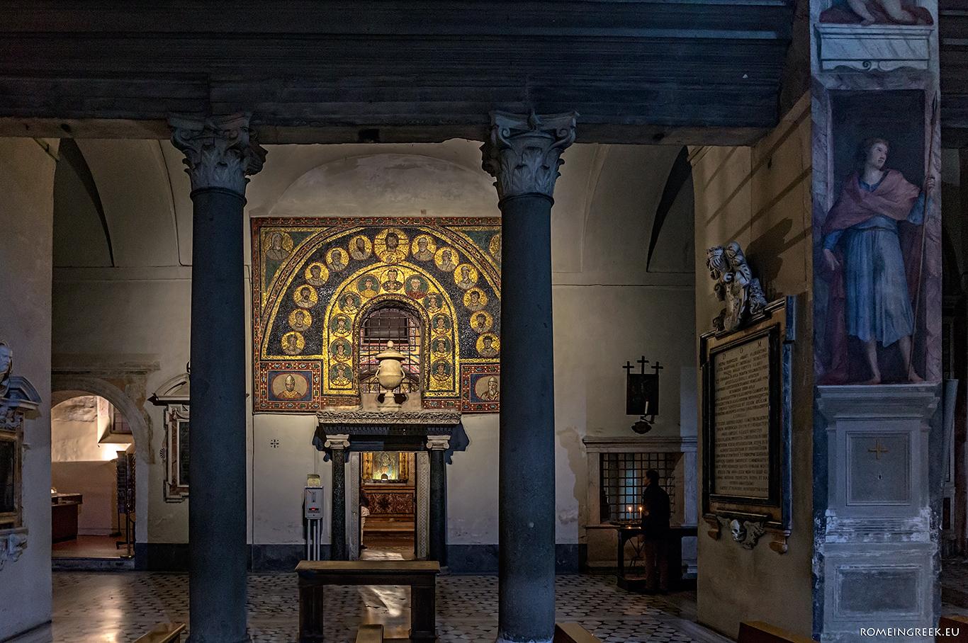 Η είσοδος στο παρεκκλήσι του Αγ. Ζήνωνα. Διακρίνονται οι δύο κολόνες από μαύρο γρανίτη, ένα αρχαίος αμφορέας και πίσω η τεφροδόχος.