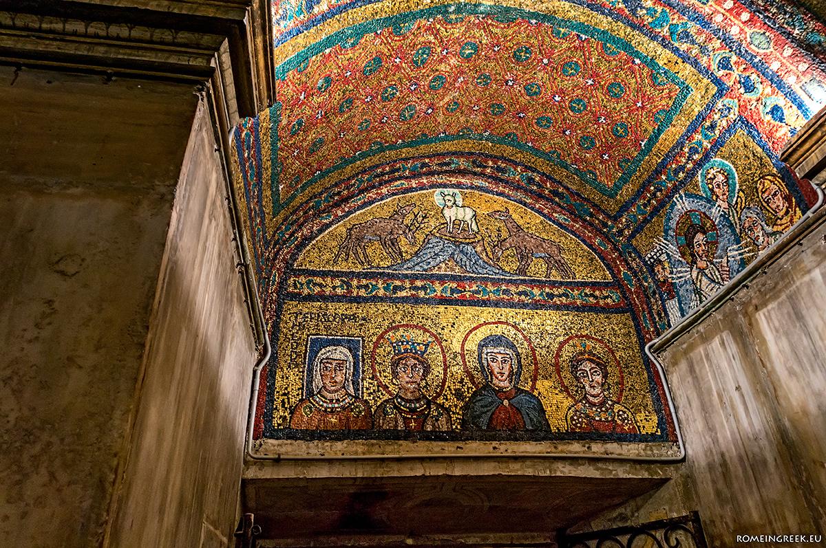 Η Παναγία με τις δύο Αγίες. Στα αριστερά η επίσκοπος Θεοδώρα με τετράγωνο γαλάζιο φωτοστέφανο (εν ζωή). Πάνω ο αμνός με τους 4 ποταμούς.