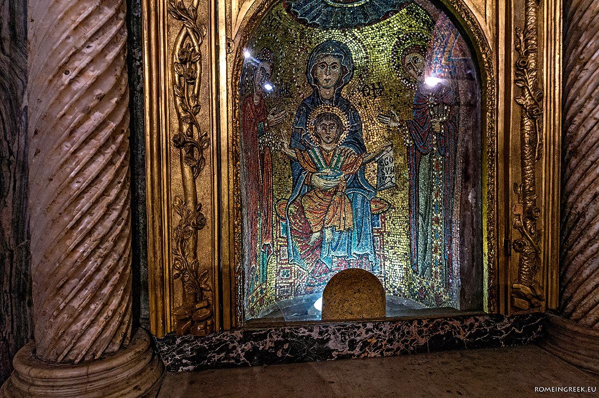 Ψηφιδωτό ένθρονης Παναγίας Βρεφοκρατούσας. Στο χέρι κρατεί περγαμηνή που γράφει «Εgo sum lux» (εγώ ειμι το φως)