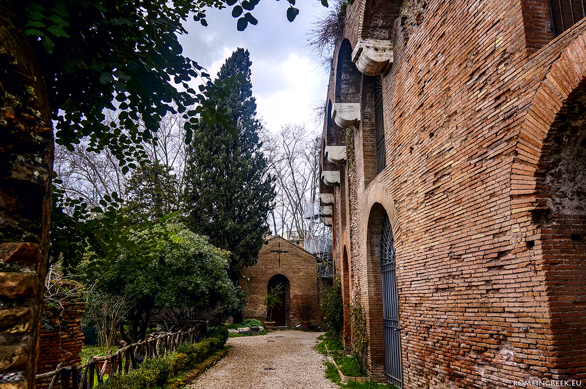 Χρυσή Οικία, είσοδος
