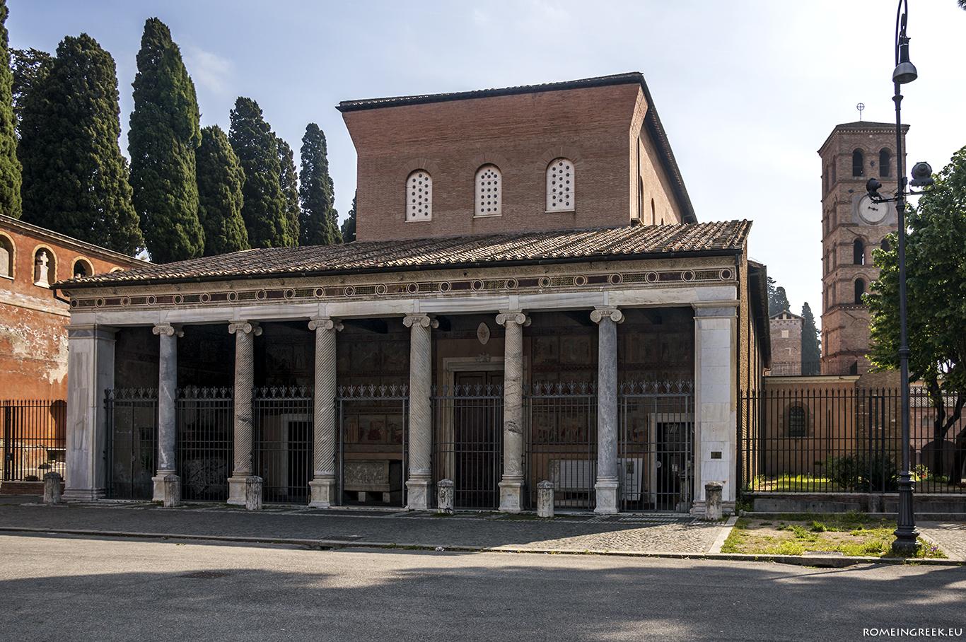 Άγιος Λαυρέντιος εκτός των Τειχών. Πίσω διακρίνεται το ρωμανικό κωδωνοστάσιο και το μοναστήρι των καπουκίνων.