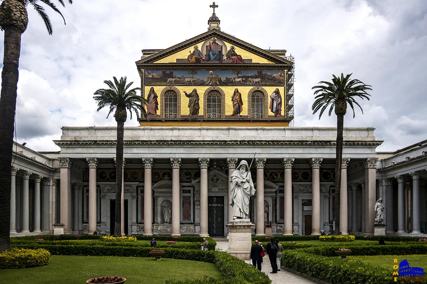 Άγιος Παύλος Εκτός των Τειχών, κύρια είσοδος με το τετράστωο. Διακρίνεται το άγαλμα του Απ. Παύλου