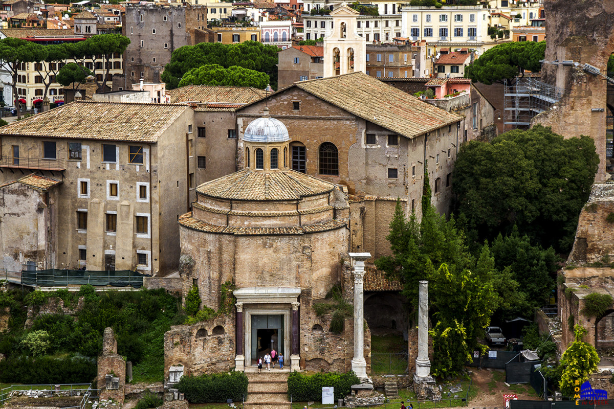 Η παλαιά είσοδος της βασιλικής από την Ρωμαϊκή Αγορά, διαμέσου του ναού του Ρωμύλου. Τώρα είναι ξεχωριστός εκθεσιακός χώρος.