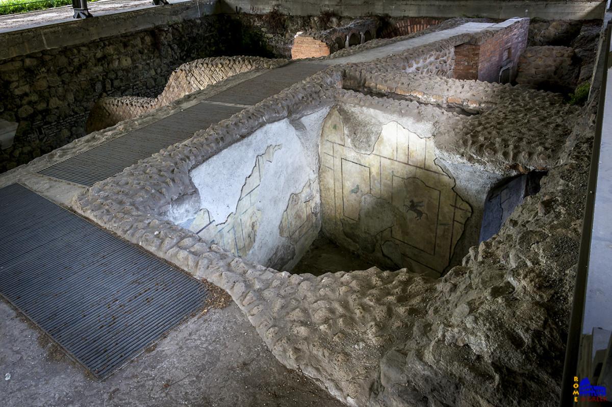 Το εσωτερικό ενός τάφου.  Διακρίνονται οι τοιχογραφίες. Το χρώμα στο εσωτερικό ήταν πάντα λευκό.