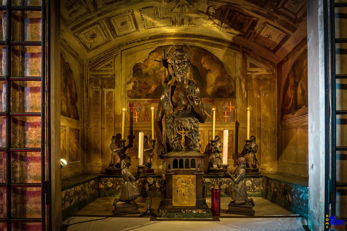 Το ιερό του Τάγματος με το άγαλμα του προστάτη του, Ιωάννη του Βαπτιστή, πλαισιωμένο από κηροπήγια με μορφές ιπποτών. Στην βάση φαίνεται και το μοντέλο του κτιρίου.