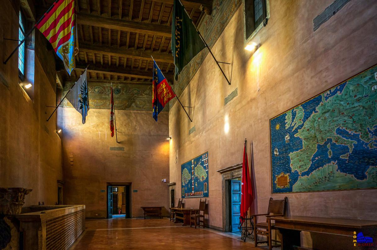 Αίθουσα Τιμών. Ψηλά βρίσκονται αναρτημένες 8 σημαίες, που συμβολίζουν τις «γλώσσες», μεγάλες διοικήσεις και περιοχές προέλευσης των ιπποτών που είχαν δικαίωμα να εκπροσωπούνται στο Μεγάλο Μαγιστρικό Συμβούλιο.(Προβηγκία, Ωβέρνη, Γαλλία, Ιταλία, Αραγονία, Αγγλία, Γερμανία, Καστιλία).