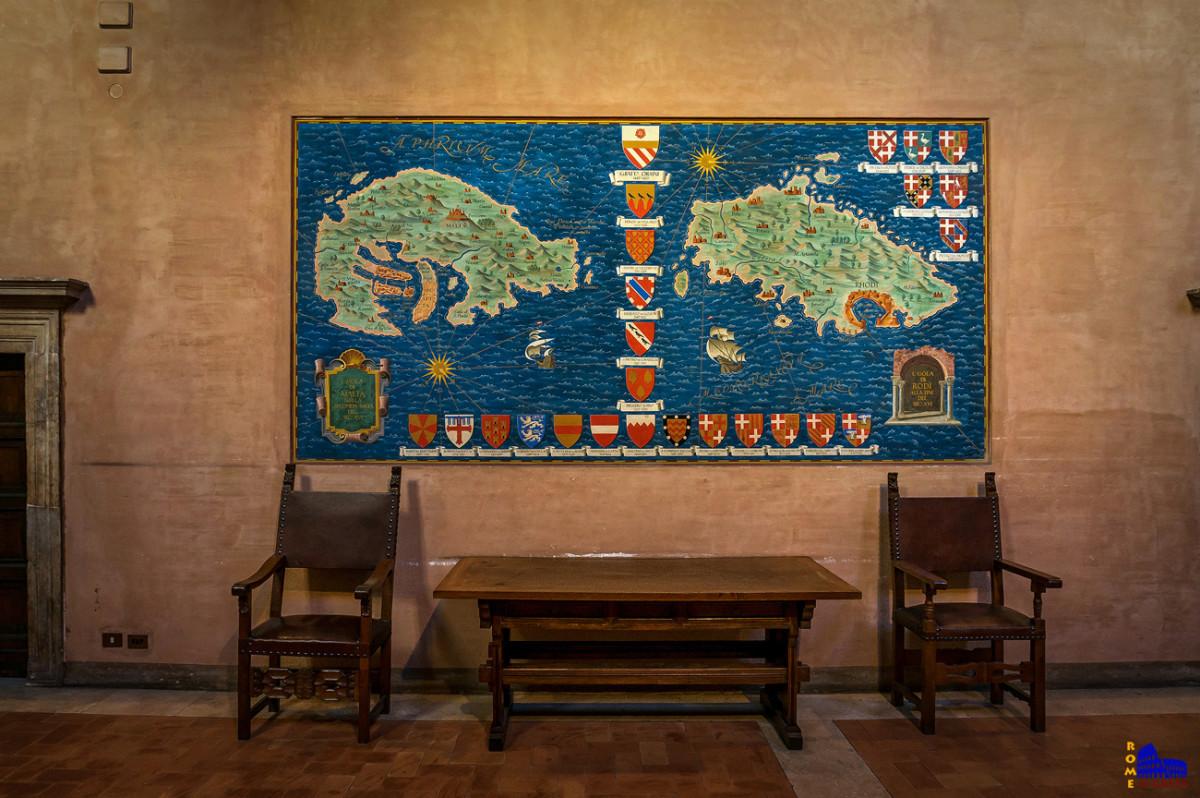 Μάλτα και Ρόδος, με τα οικόσημα των Μεγάλων Μαγίστρων της εποχής.
