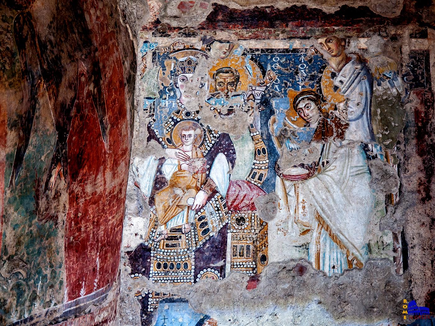 Το «παλίμψηστο». Οι αρχαιολόγοι ανακάλυψαν 7 διαδοχικές στρώσεις κονιαμάτων. Η Παναγία Βασίλισσα στον Θρόνο ανήκει στην 3η στρώση και ανάγεται στο 530-550, όταν ο ναός δεν είχε ακόμα αποπερατωθεί. Θεωρείται η πρώτη γνωστή απεικόνιση της Παναγίας σε θρόνο.