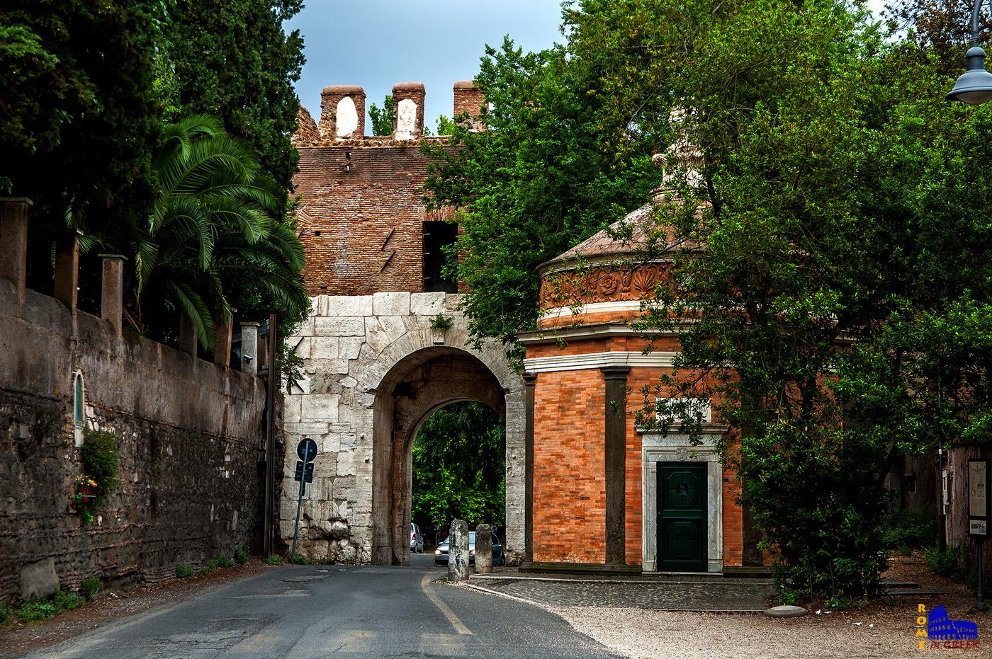San Giovanni in Oleo και πίσω η porta Latina.