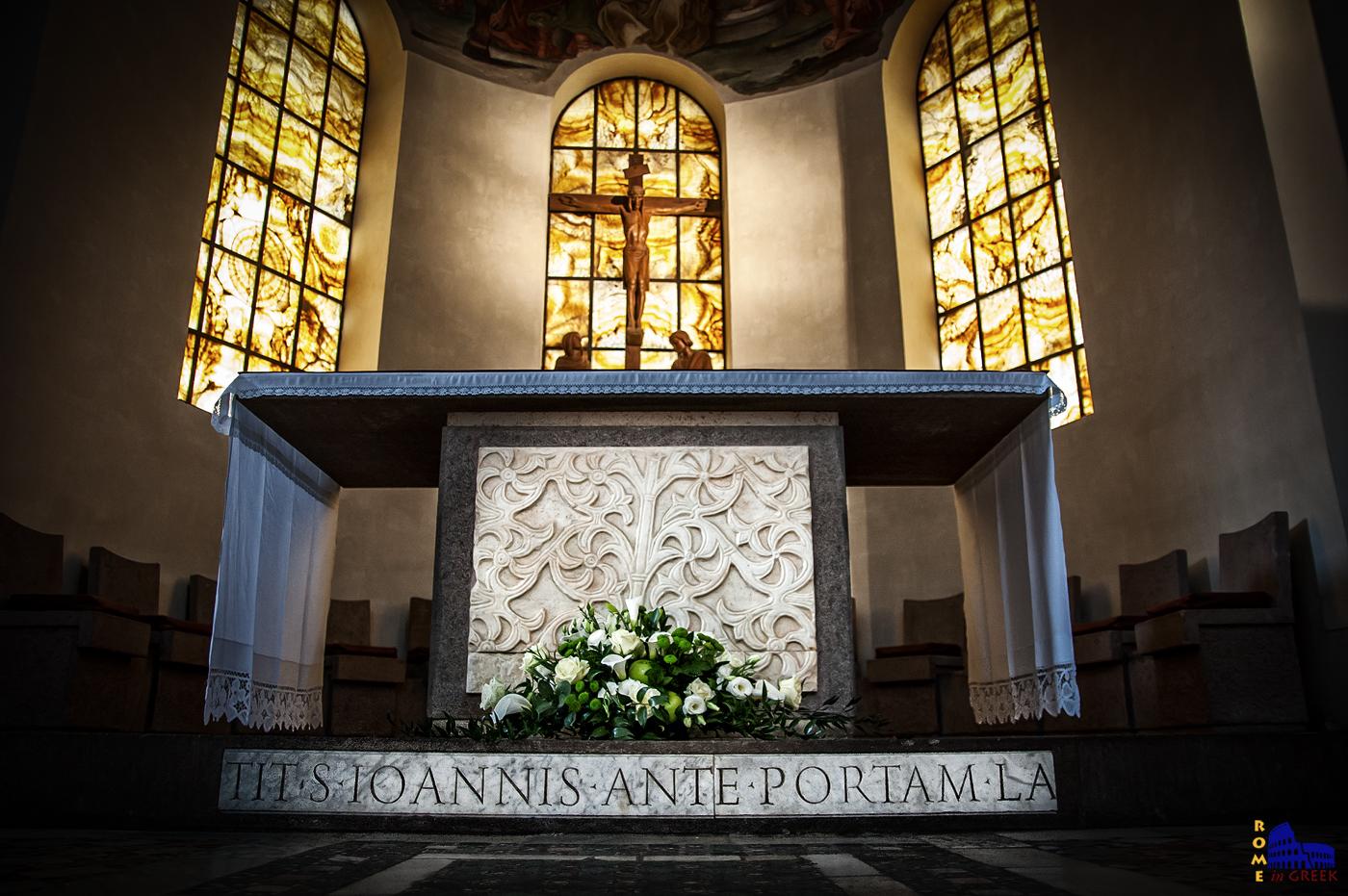 """Στην βάση του βωμού διακρίνεται επιγραφή του 12ου αι. με την ονομασία (titulus) του ναού, χαραγμένη σε κεφαλαία λατινικά, η οποία βρέθηκε κατά τη διάρκεια των τελευταίων αποκαταστάσεων: «TIT. S.IOANNIS ANTE PORTAM LA(TINAM)"""". (Ναός Αγίου Ιωάννη προ της Λατίνης Πύλης)."""