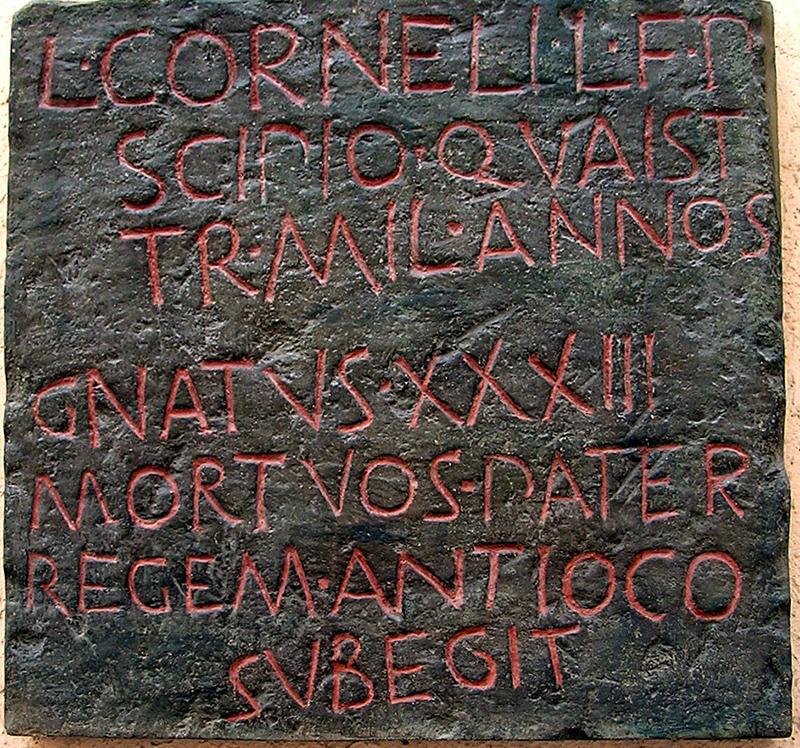 «Λούκιος Κορνήλιος Σκιπίων, γιος του Λούκιου, εγγονός του Πόπλιου, κοσμήτορας, χιλίαρχος, πέθανε στα 33 του χρόνια. Στον πατέρα του υποτάχτηκε ο βασιλιάς Αντίοχος».