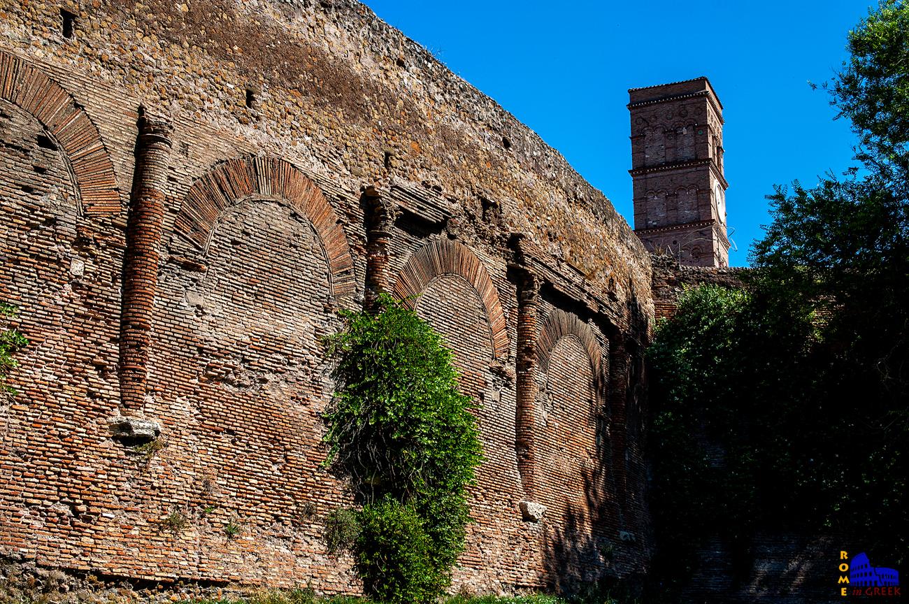 Κοντινό πλάνο: Κατά την ενσωμάτωση στα τείχη γεμίστηκαν με τούβλα τα κενά των τοξοστοιχιών.