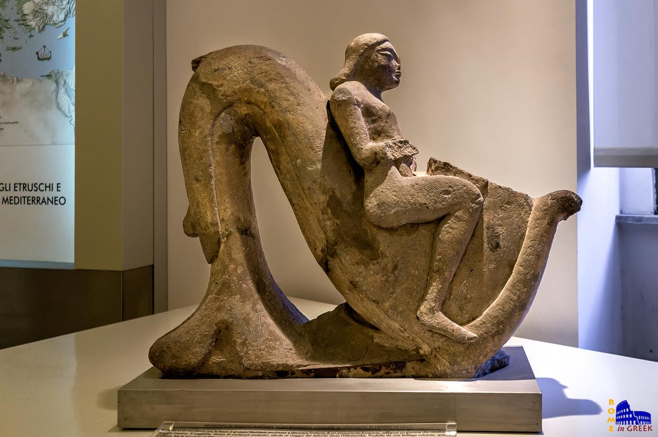 Καβαλάρης πάνω σε ιππόκαμπο: Λαξευτό άγαλμα πάνω σε πλίνθινη βάση, απεικονίζει ένα νεαρό άνδρα να ιππεύει ένα ιππόκαμπο. Πρόκειται για ένα από τα υψηλότερα δείγματα ετρουσκικής αγαλματοποιίας με ιωνική επιρροή. Ο γλύπτης θέλησε να δώσει έμφαση στον ρυθμό και στην αίσθηση της κίνησης και της αρμονίας, προτιμώντας να επικεντρωθεί στο σύνολο παρά στις λεπτομέρειες.