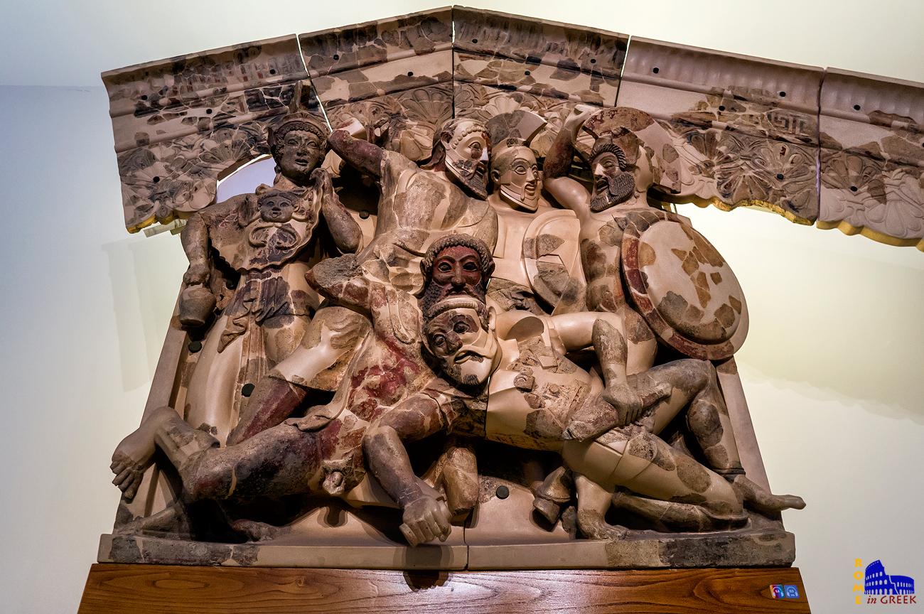 Επτά επί Θήβας. Πύλινη ανάγλυφη διακόσμηση της οπίσθιας κορυφής του ναού Α στους Πύργους (Pyrgi).