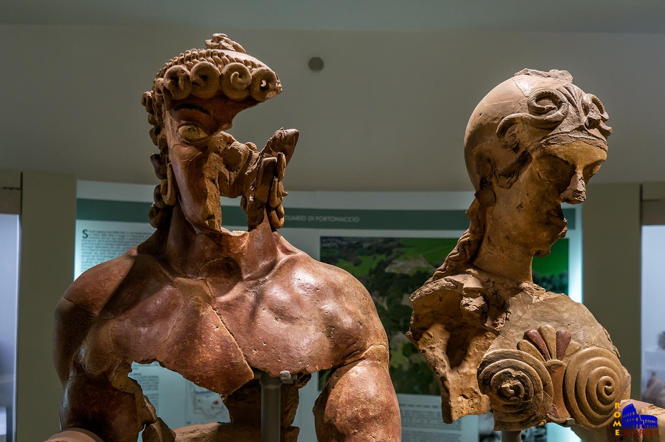 Σύμπλεγμα Ηρακλή και Μινέρβας. Απεικονίζει την άνοδο του Ήρωα στον Όλυμπο. Πολύχρωμη τερακότα ιωνικού-αττικού ρυθμού (500 π.Χ.)