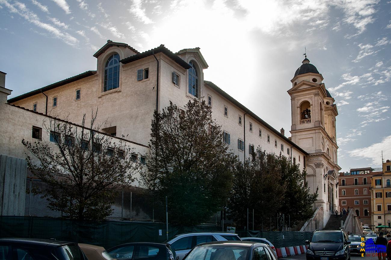 Η μονή και δίπλα η εκκλησία.