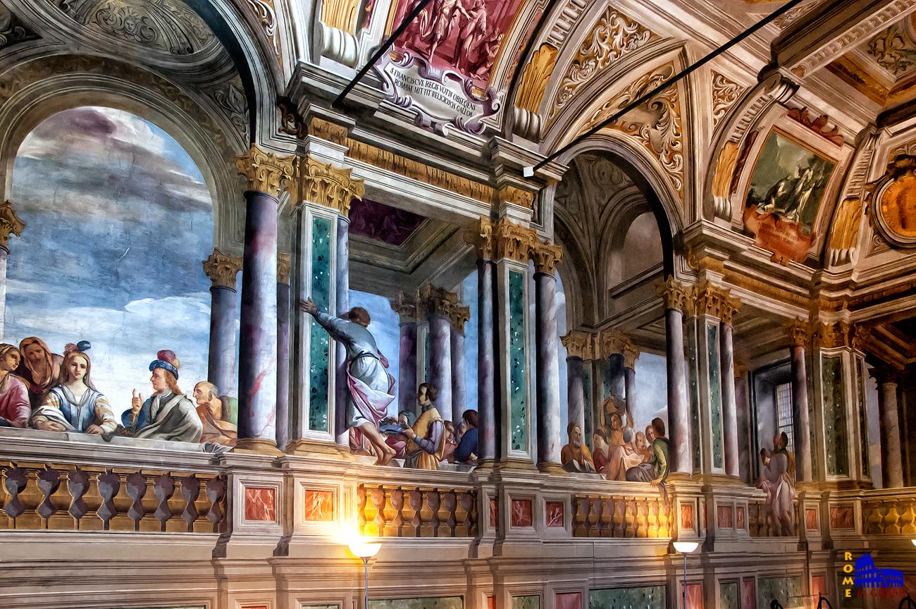 Λεπτομέρεια από μια επιμήκη πλευρά. Οι τοιχογραφίες φωτίζονται άπλετα από το φως του ήλιου και απεικονίζουν τους καλεσμένους του γάμου σε αναγεννησιακό στυλ.
