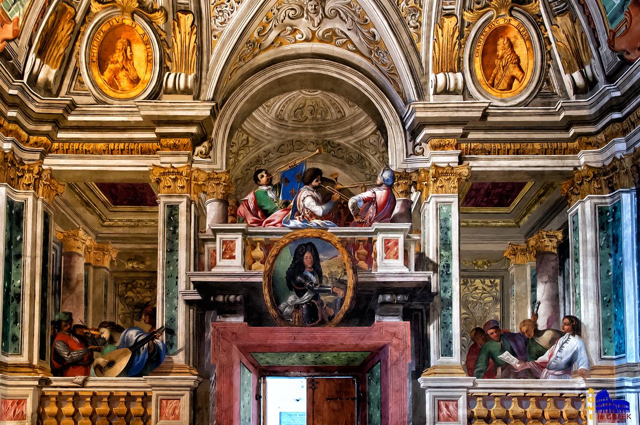 Στον τοίχο απέναντι από τον Χριστό και πάνω από την είσοδο, βρίσκεται το απαραίτητο στοιχείο των γιορτών της εποχής, η ορχήστρα. Κάτω από τους μουσικούς βλέπουμε το πορτραίτο του Λουδοβίκου ΙΔ'. Προακαλεί εντύπωση η τρισδιάστατη απεικόνιση του χώρου, το βάθος, οι σκιές. Πάνω, σε πορτοκαλί πλαίσια, απεικονίζονται οι εξάδελφοι του βασιλέως.