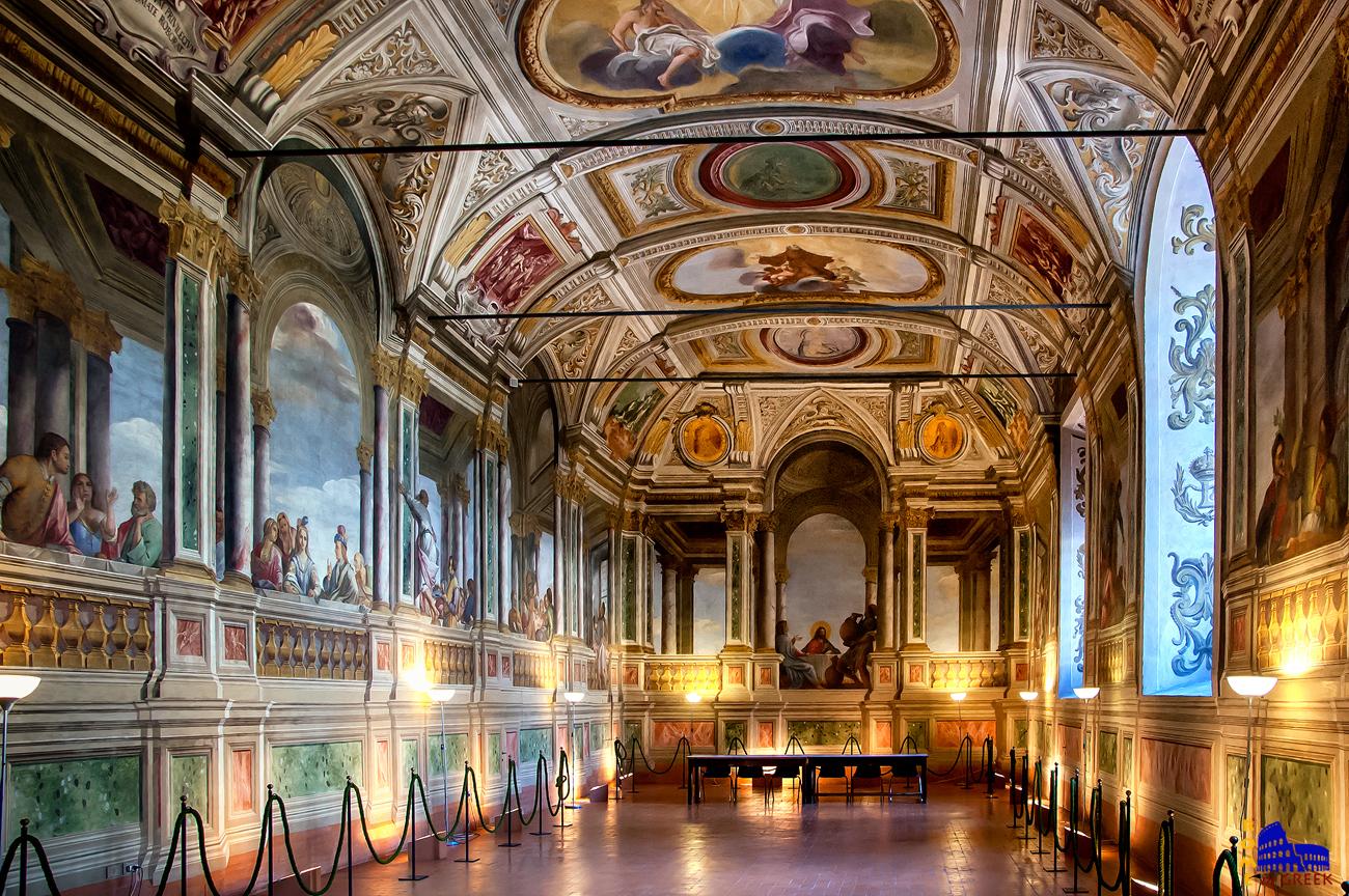 Η τραπεζαρία της μονής. Στο βάθος απεικονίζεται ο Χριστός στον γάμο της Κανά. Οι τοίχοι είναι εντελώς λείοι, επικρατεί η ψευδαίσθηση του βάθους και του ανάγλυφου.