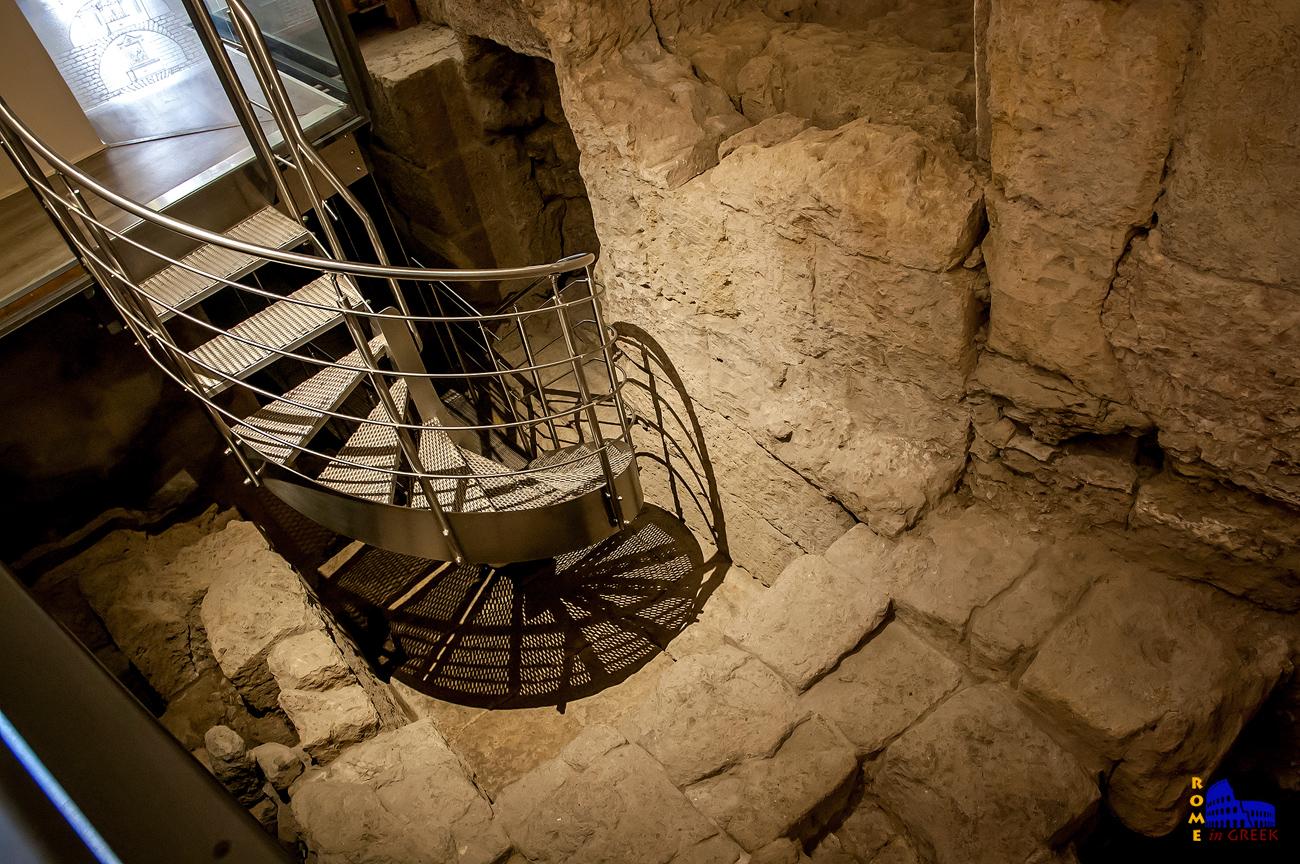 Κατεβαίνοντας προς το πρώτο επίπεδο των φυλακών.