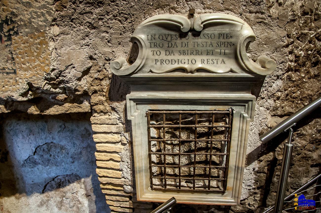 Ο θρύλος λέει πως ο Πέτρος, κατεβαίνοντας στο Tullianum, χτύπησε το κεφάλι του στον τοίχο, αφήνοντας με αυτόν τον τρόπο το στίγμα του στην πέτρα.