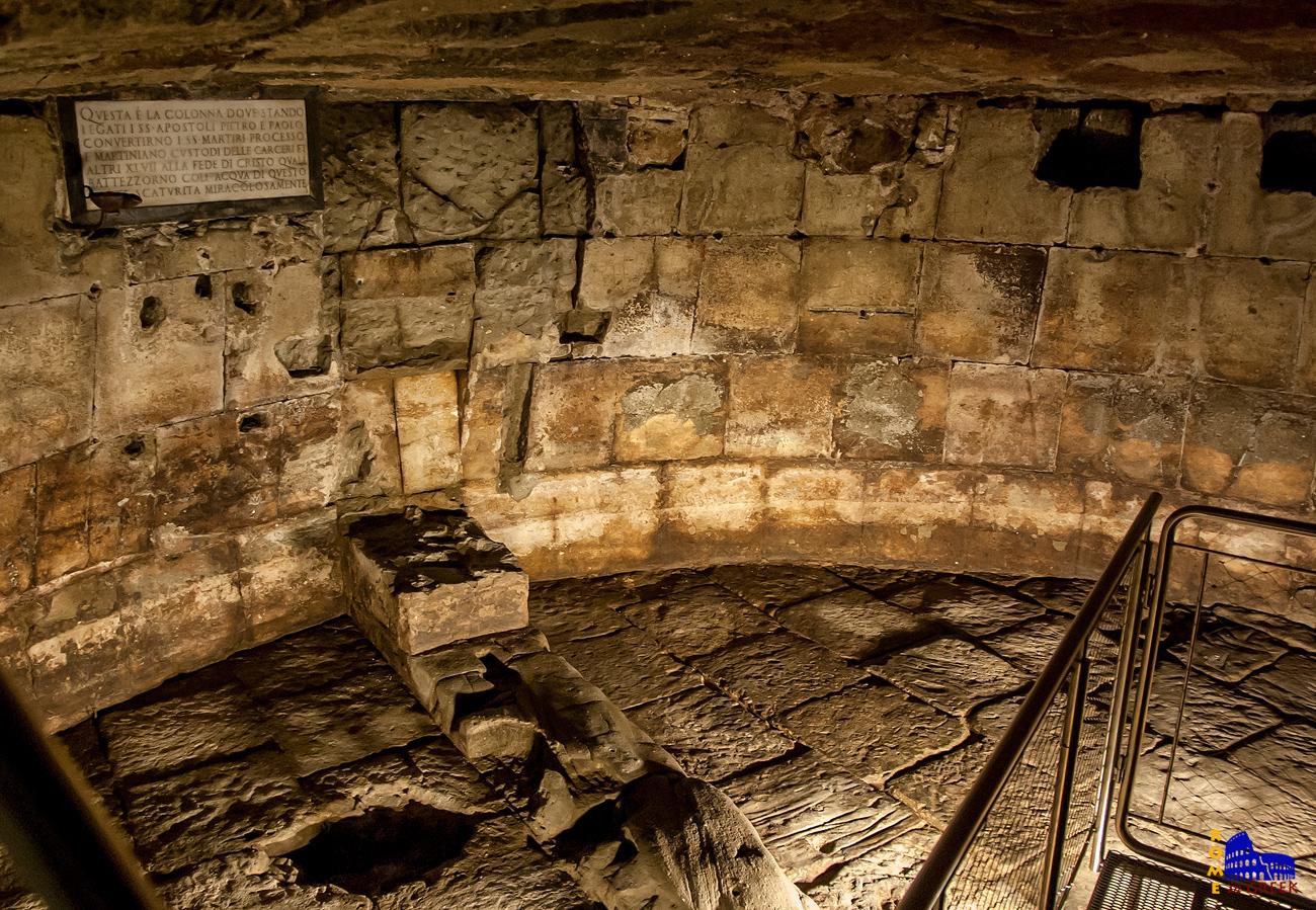 Το Tullianum, στα έγκατα της φυλακής. Στο δάπεδο διακρίνεται ένα πηγαδάκι. Η αναμνηστική πλάκα αναφέρει πως εδώ φυλακίστηκαν και αλυσοδέθηκαν σε μια στήλη οι απόστολοι Παύλος και Πέτρος.