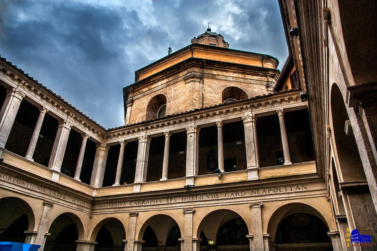 Κιόστρο του Μπραμάντε. Πίσω προβάλλει ο οκταγωνικός θόλος της Santa Maria della Pace.