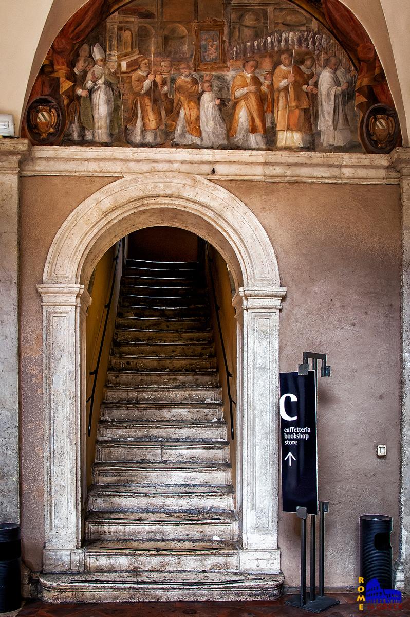 Η σκάλα προς την καφετέρια του εκθεσιακού χώρου