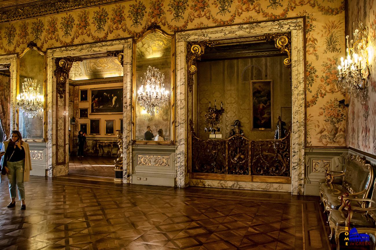 Το Σαλόνι του Χορού. Στα δεξιά ο χώρος για την ορχήστρα.
