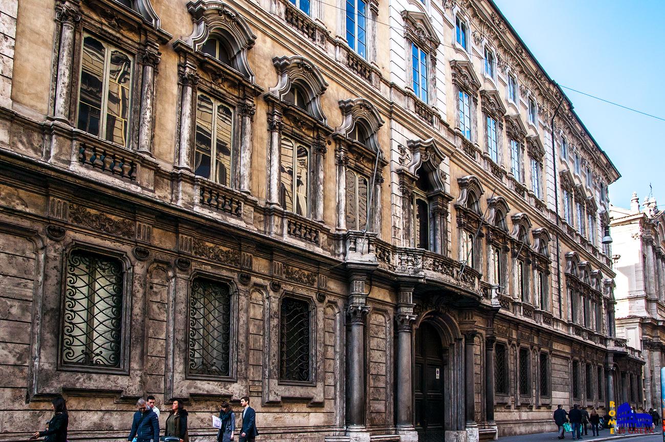 H κύρια πρόσοψη στην via del Corso.
