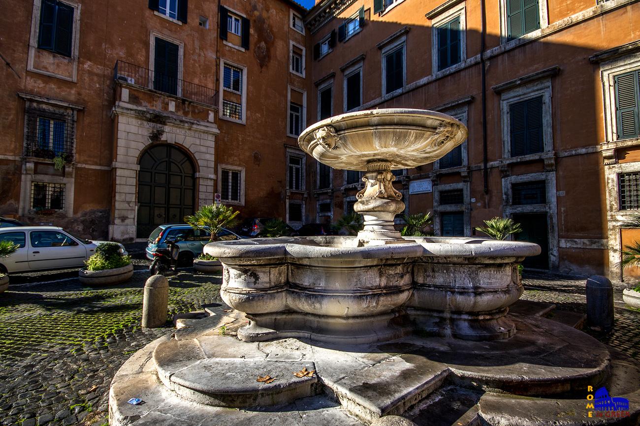 H κρήνη της piazza delle Cinque Scole κατασκευάστηκε από τον Giacomo Della Porta το 1591 για την υδροδότηση του εβραϊκού γκέτο.