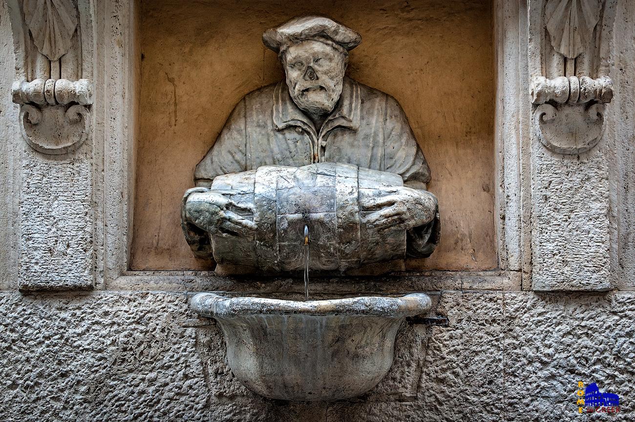 Η Κρήνη του Αχθοφόρου, στην via Lata. Αναπαριστά έναν νερουλά.