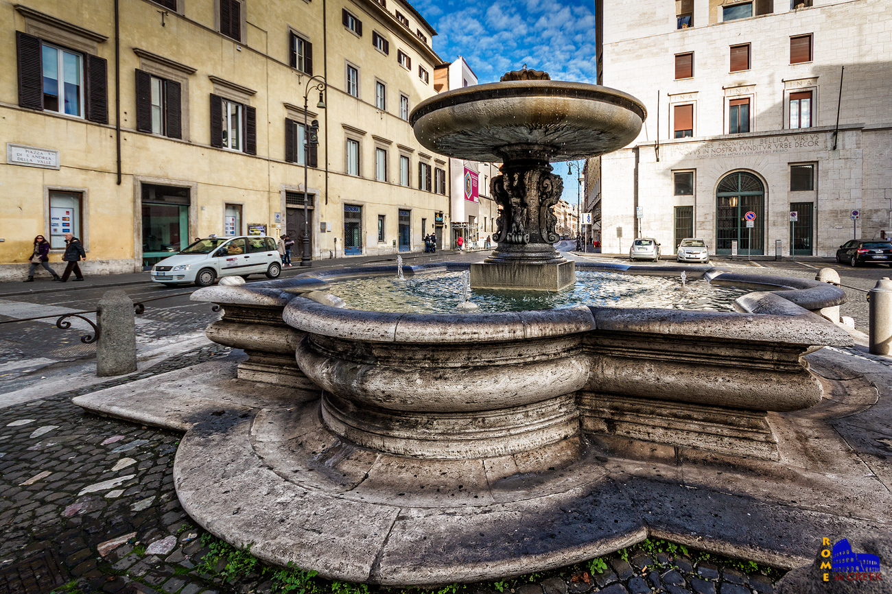 H κρήνη στην piazza Sant'Andrea della Valle (1614). Ο δημιουργός της, Carlo Fontana, την φιλοτέχνησε ενώ παράλληλα κατασκεύαζε την πρόσοψη της βασιλικής του Αγ. Πέτρου.