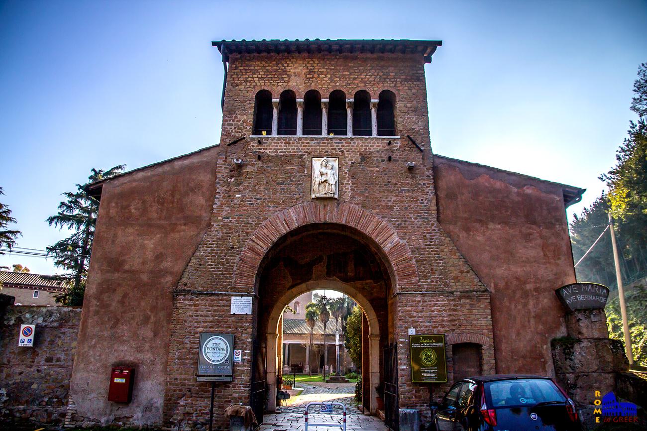 Η είσοδος του συγκροτήματος. Είναι εύκολα αντιληπτό πως κάποτε το μοναστήρι ήταν οχυρωμένο. Η πύλη ονομάζεται «Αψίδα του Καρλομάγνου». Είναι έργο του 7ου αιώνα και περιείχε τοιχογραφίες ίδιας εποχής σχετικές με τις δωρεές του Καρλομάγνου που σήμερα έχουν χαθεί σχεδόν ολοκληρωτικά.