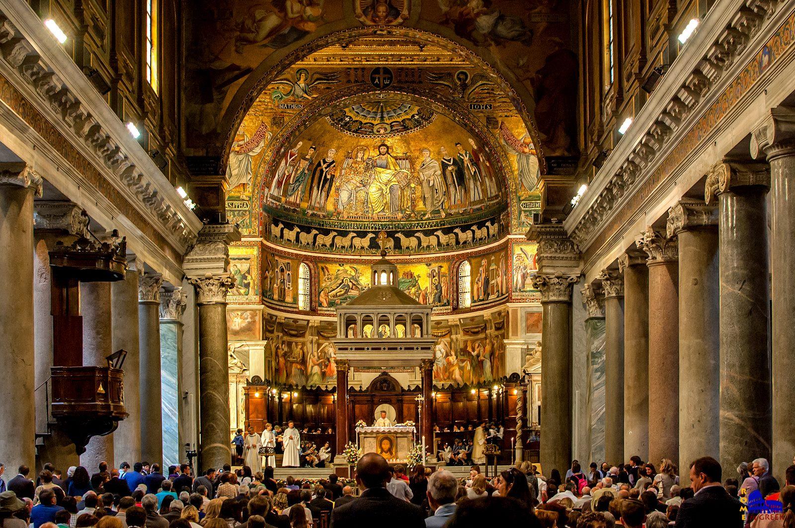 Τα υπέροχα ψηφιδωτά στην Santa Maria in Trastevere του 12ου και 13ου αιώνα. Αριστερά και δεξιά βλέπουμε μερικούς από τους 22 κίονες με τα κιονόκρανα ιωνικού και κορινθιακού ρυθμού. Είναι διαφορετικοί μεταξύ τους και όλοι προέρχονται μάλλον από τα Λουτρά του Καρακάλλα.