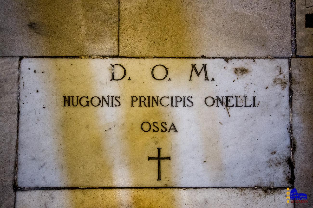 Ο τάφος του Ιρλανδού Hugh O'Neill με λατινικοποιημένη επιγραφή, μια από τις σημαντικότερες μορφές  του Εννεαετή Πολέμου μεταξύ Ιρλανδίας και Αγγλίας. Αναγκάστηκε να καταφύγει στη Ρώμη, όπου και πέθανε.