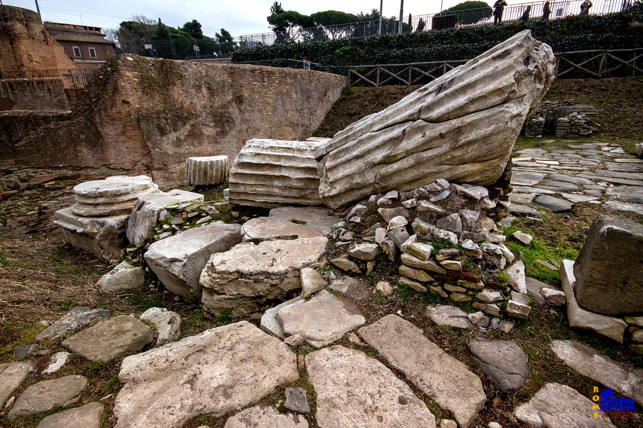 Τμήματα της Αψίδας του Τίτου. Η μαρμάρινη αψίδα ήταν τεράστια, 20μ ύψος και 12μ πλάτος. Αφιερώθηκε στον Τίτο το 81 μ.Χ. ,μετά τον θάνατό του, για να τον τιμήσουν για την νίκη του στην Ιουδαία. Υπήρχε τουλάχιστον μέχρι τον 9° αιώνα. Μια ακόμα αψίδα αφιερωμένη στον Τίτο βρίσκεται στην Ρωμαϊκή Αγορά.