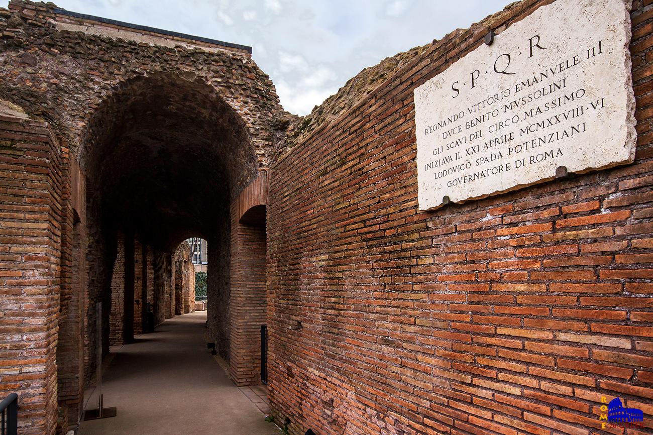Ένας από τους διαδρόμους κάτω από τις κερκίδες. Διακρίνεται αναμνηστική επιγραφή που αναφέρεται στην έναρξη των ανασκαφών του 1927, επί Μουσολίνι.
