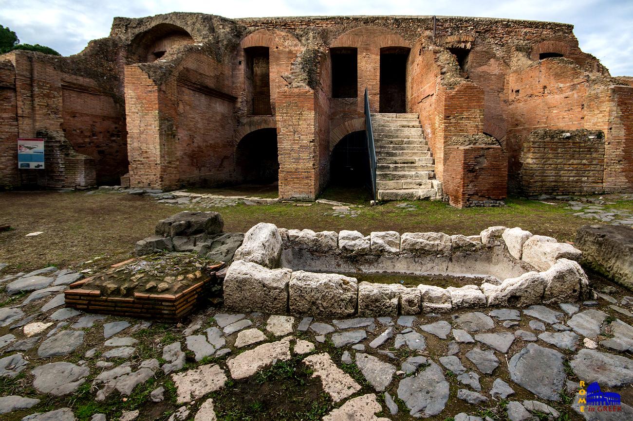 Κοιτώντας τον Ιππόδρομο από το εξωτερικό, διακρίνουμε τον ρωμαϊκό δρόμο, μια ποτίστρα για ζώα και τα ρωμαϊκά σκαλιά για την πρόσβαση στο χαμηλό επίπεδο των κερκίδων όπου κάθονταν τα ανώτερα κοινωνικά στρώματα. Το ανώτερο επίπεδο όπου κάθονταν ο όχλος δεν υπάρχει πια. Στο επίπεδο του δρόμου διακρίνονται χώροι με θολωτή οροφή. Ήταν μαγαζιά (tabernae) που εξυπηρετούσαν τις ανάγκες του κοινού.