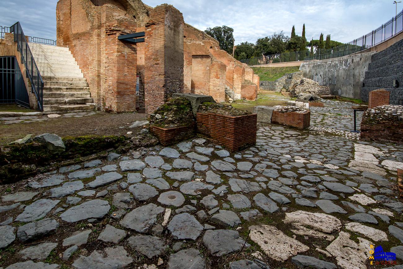 Ο ρωμαϊκός δρόμος έξω από τον Ιππόδρομο.
