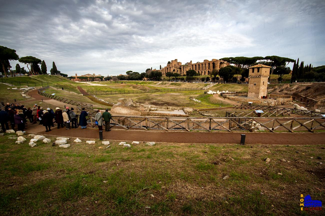 Το Circo Massimo από την πλευρά του πετάλου. Στο βάθος δεξιά τα αυτοκρατορικά ανάκτορα στο Παλατίνο.