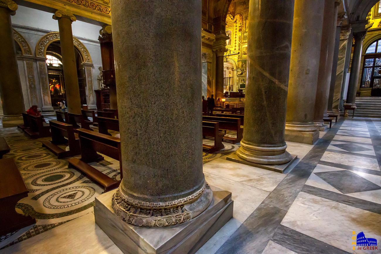 Επειδή οι 22 ρωμαϊκοί κίονες προέρχονται από διαφορετικά μέρη, χρειάστηκε να κατασκευαστούν βάσεις ανόμοιου ύψους, ώστε το τελικό ύψος στο επίπεδο των κιονοκράνων να είναι το ίδιο.